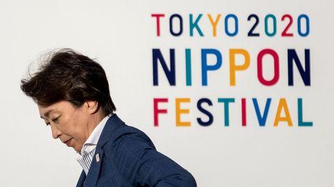 Olympia-Organisationschefin Seiko Hashimoto neben Logo Tokyo 2020 Nippon Festival