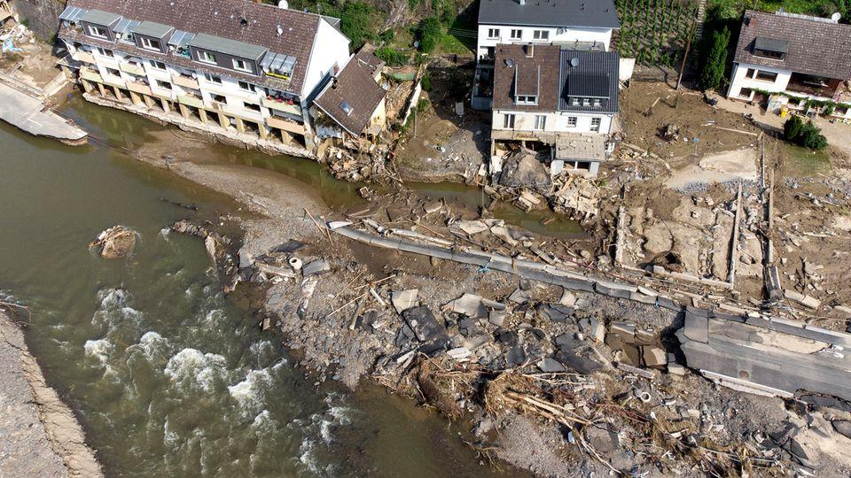 Eine Luftaufnahme zeigt das durch das Hochwasser zerstörte Mayschoß