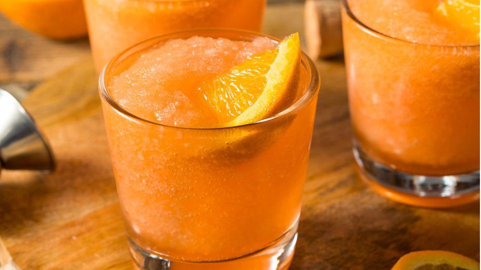 Gläser mit einer halb gefrorenen orangefarbenen Flüssigkeit mit Orangenscheiben