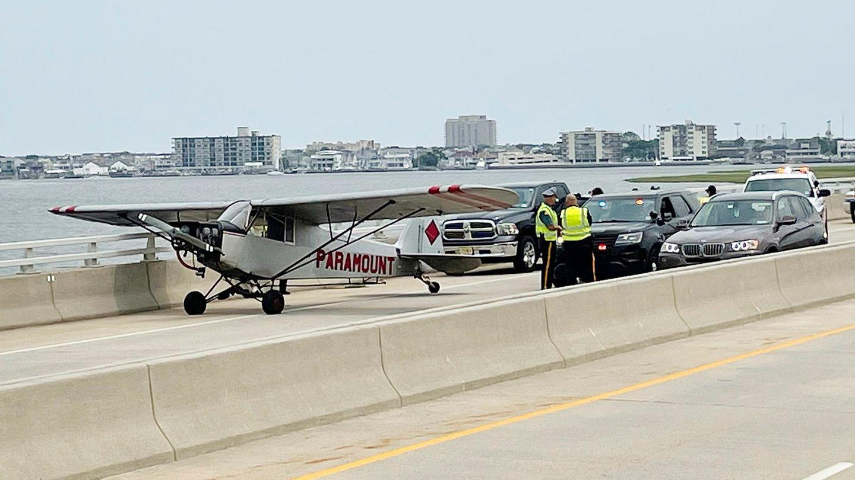 In-der-N-he-von-Atlantic-City-Motorausfall-ber-dem-Wasser-18-j-hrigem-Piloten-gl-ckt-Notlandung-auf-einer-Highway-Br-cke