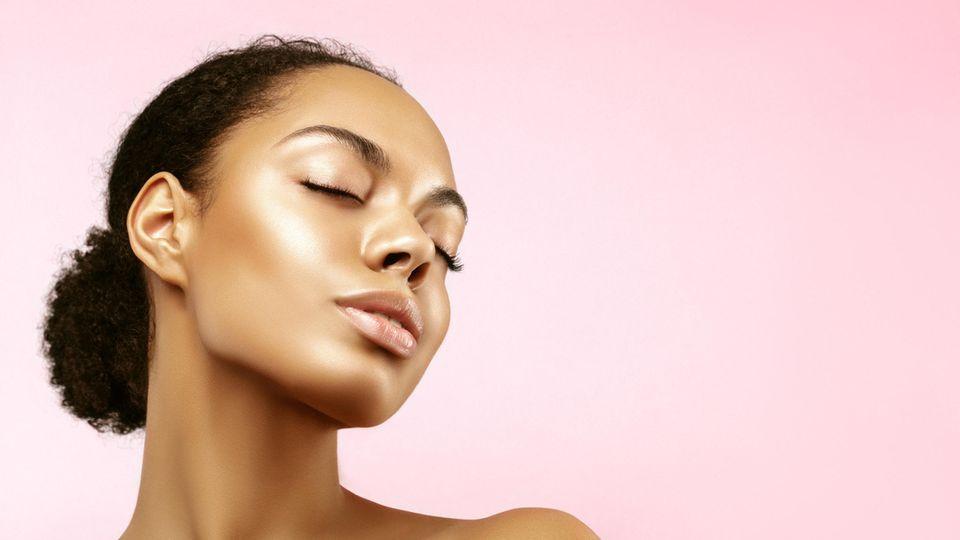 Frau mit geschlossenen Augen und glänzendem Make-up