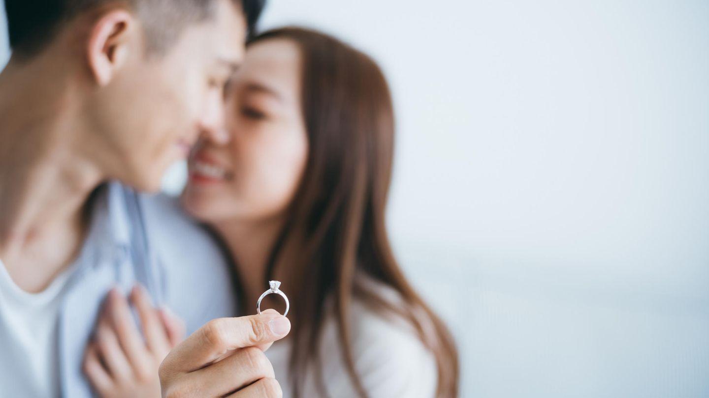 Ein Mann macht einer Frau einen Antrag