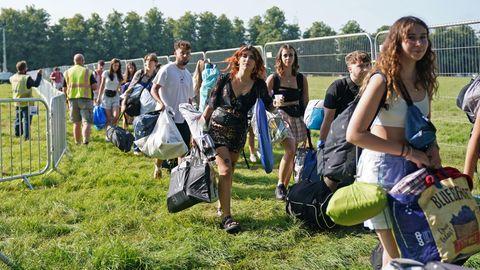 Großbritannien, Southwold: Festivalbesucher kommen beim Latitude Festivalan