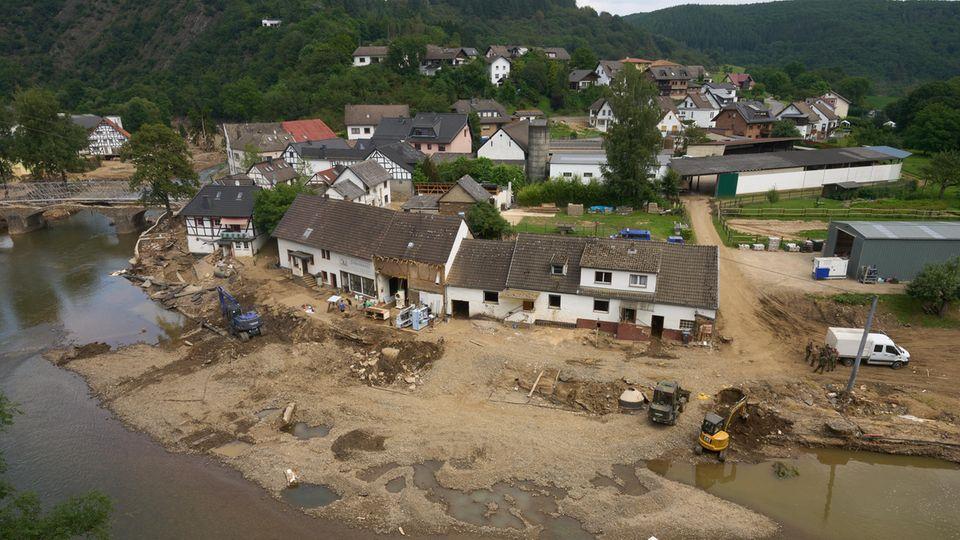 In der vom Hochwasser stark betroffenen Gemeinde Schuld in Rheinland-Pfalz laufen die Aufräumungsarbeiten auf Hochtouren