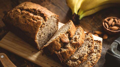 Veganes Grundrezept für ein saftiges Bananenbrot ohne Zucker.