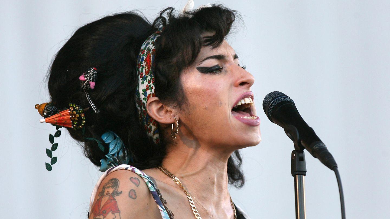 Amy Winehouse singt in ein Mikrofon