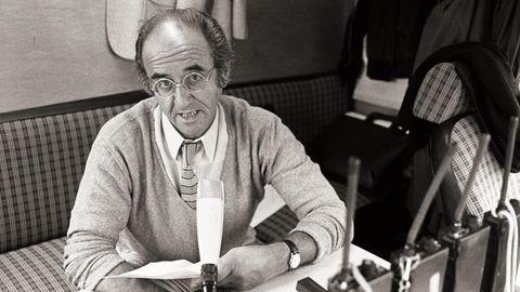"""Alfred Biolek am Set der TV-Show """"Bio's Bahnhof"""". Die Sendung war 1978 sein Durchbruch als Moderator und Produzent."""