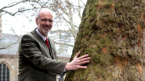 Förster und Autor Peter Wohlleben steht an einem Baum