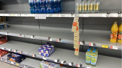 In einem Supermarktregal stehen nur noch wenige Produkte