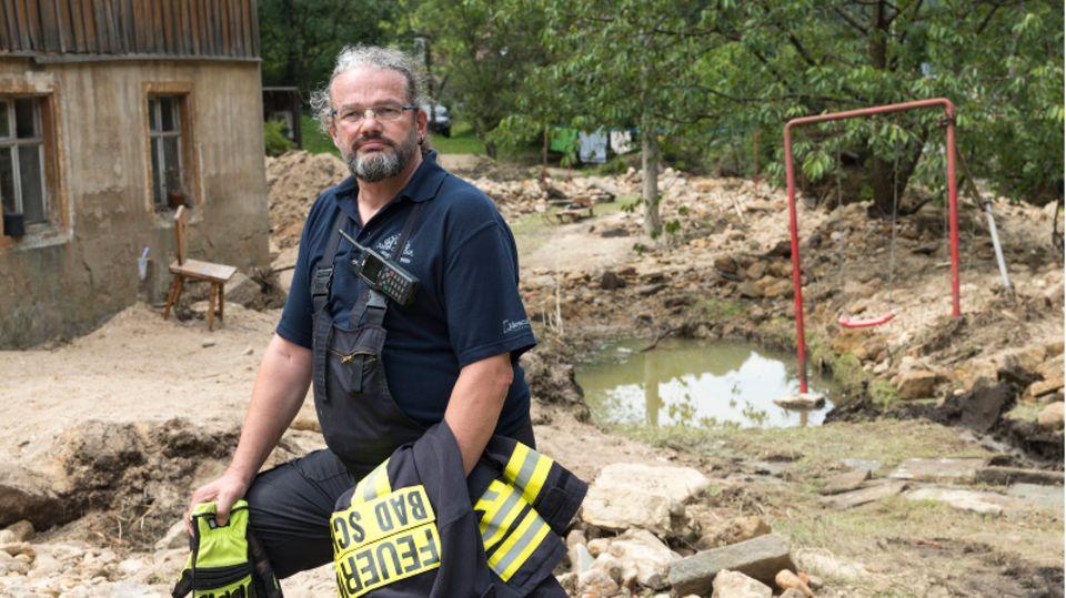 Kai Bigge, Leiter der Stadtwehr in Bad Schandau, auf einem überfluteten Grundstück