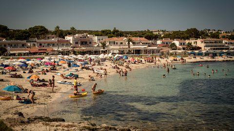 Spanien, Sant Lluis: Urlauber kühlen sich am Strand Punta Prima in Sant Lluis, im Süden von Menorca, ab