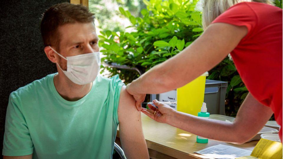 Mann wird geimpft