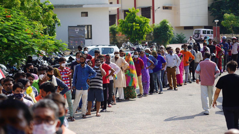 Schlange vor einem indischen Impfzentrum