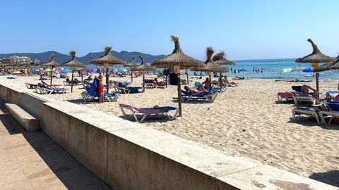 Leere Liegen am Strand von Cala Millor