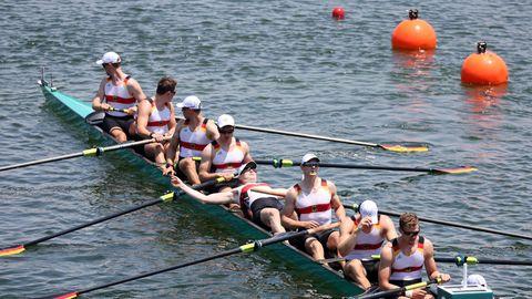 Ein Ruderboot bei den Olympischen Spielen mit acht deutschen Ruderern kurz vor dem Start