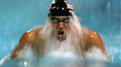 Michael Phelps ist möglicherweise der größte Olympionike aller Zeiten mit unglaublichen 28 Medaillen, 23 davon sind Goldmedaillen. Hier fängt Fotograf Al Bello den Neunzehnjährigen bei den Spielen 2004 in Athen ein, wo er sechs Mal Goldund zwei MalBronzegewann und nur knapp den Weltrekord von Mark Spitz verfehlte. Bei den Olympischen Spielen verwenden die Getty-Fotografen eine Kombination aus ferngesteuerten, Roboter- und Handkameras, um sicherzustellen, dass auch Momente unter Wasser eingefangen werden.