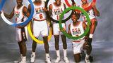 """Zum ersten Mal in der olympischen Geschichte gehörten dem Basketballteam der Vereinigten Staaten in Jahr 1992 aktive NBA-Spieler wie Michael Jordan, Magic Johnson und Charles Barkley an. Bis dahin hatten die Regeln des Internationalen Basketball-Verbandes verhindert, dass Teams professionelle Spieler auswählen konnten. Daher dürfte es keine Überraschung sein, dass sie den Spitznamen """"Dream Team"""" erhielten, denn sie holten Gold und besiegten ihre Gegner mit durchschnittlich 44 Punkten Vorsprung."""