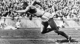 Bettmann Collection/Getty Images  Dieses ikonische Bild aus der Bettmann-Kollektion zeigt die Sportlegende Jesse Owens beim Sprint zum Sieg. Aufgenommen während der politisch aufgeladenen Olympischen Spiele 1936 in Berlin,war der Afroamerikaner Owens der überragende Sieger. Er holte Gold über 100 Meter, 200 Meter und im Weitsprung mit einer Weite von 8,06 Metern! In der 4x100 Meter-Staffel holte er sein viertes Gold und war Teil des Teams, das einen neuen Weltrekord von 39,80 Sekunden aufstellte.