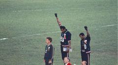 Die amerikanischen Sprinter Tommie Smith und John Carlos sowie der Australier Peter Norman kamen im200-Meter-Laufbei den Olympischen Spielen in Mexiko 1968 als die drei Ersten ins Ziel. Während der Siegerehrung protestierten Smith und Carlos gegen Rassendiskriminierung in ihrer Heimat, indem sie barfuß auf das Podium stiegen, sich während der Hymne verneigten und eine Faust mit einem schwarzen Handschuh erhoben.