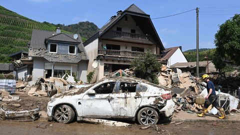 Ein halb zerstörtes Haus und ein verwüstetes Auto