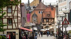 Das in Unterfranken gelegene Bad Kissingen ist der laut einer Emnid-Umfrage bekanntesteKurort Deutschlands. Das Kurbadwurde seit dem18.Jahrhundertin Konkurrenz zuKarlsbadundBaden-BadenzumWeltbadausgebaut. Was bedeutet:Das gesellschaftliche Leben ist hier mindestens so wichtig wie die medizinischen Anwendungen.