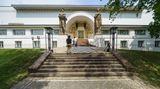 Auf der Mathildenhöhe steht auch dasErnst-Ludwig-Haus, das heute das Museum Künstlerkolonie beherbergt. Der ArchitektJoseph Maria Olbrich erbaute das Haus im Jahr 1901. es gilt als eines der wichtigsten Jugendstil-Werke.