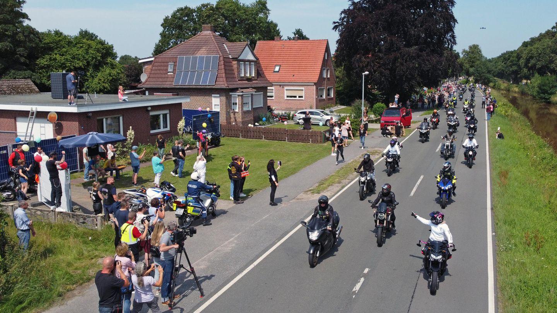 Motorradfahrer fahren am Haus des krebskranken Kilian vorbei