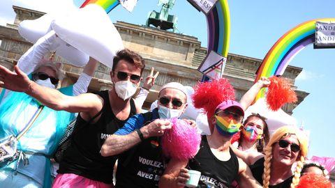 Zehntausende feierten beim CSD in Berlin– wegen der Corona-Pandemie viele mit Maske