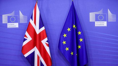 Die Flagge der EU (links) und Großbritanniens