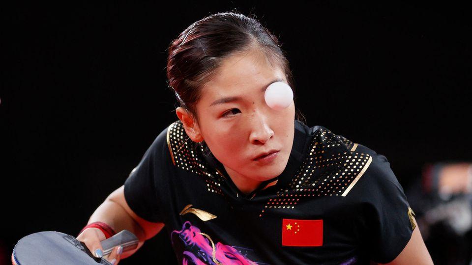 Tokio, Japan. Die Chinesin Liu Shiwen spielt beim Tischtennis den Ball während ihres Mixed-Doppel-Halbfinalspiels am zweiten Tag der Olympischen Spiele.