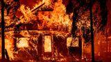 Indian Falls, USA.Ein Haus brennt lichterloh, als Flammen des sogenannten Dixie-Feuers durch Indian Falls im US-Bundesstaat Kalifornien wüten.
