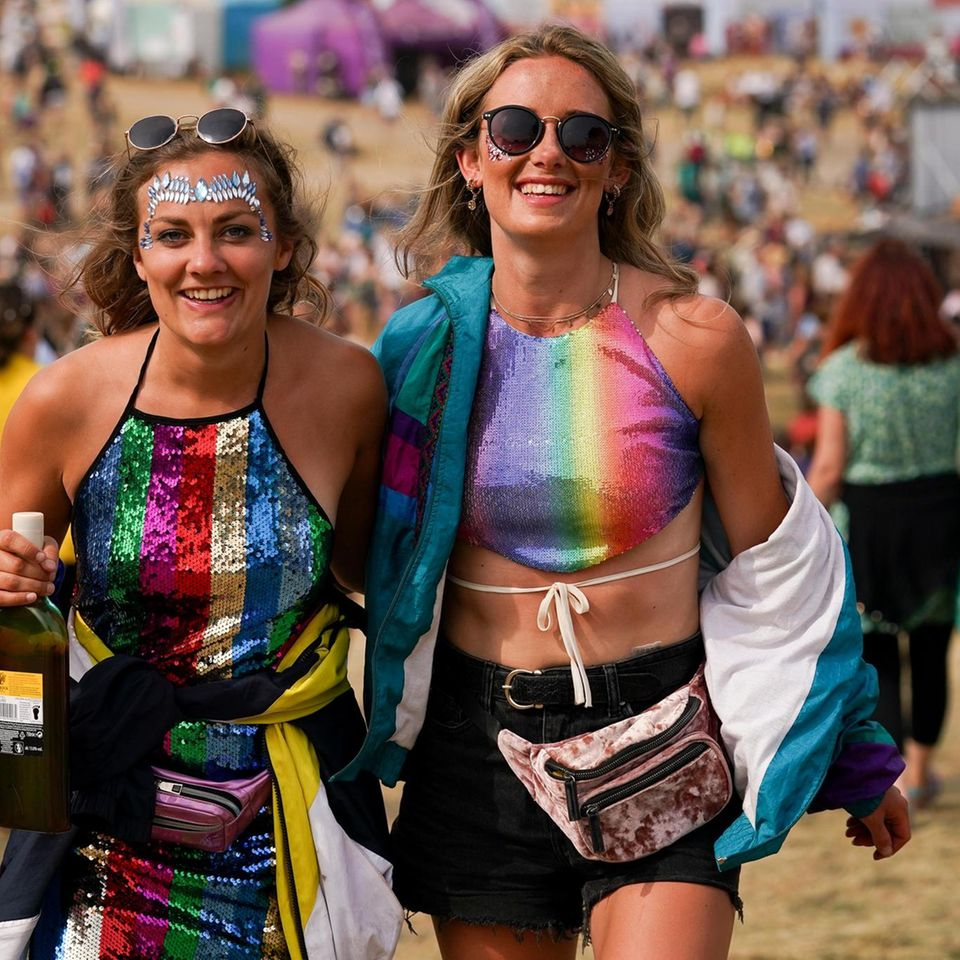 Die beiden Festivalbesucherinnen Jenna Goudswaard und Rachel Whitforscheinen jedenfalls auf ihre Kosten zu kommen.
