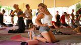 Auch Yoga-Sessions wurden angeboten. Diese Mutter hat sogar ihre Tochter mitgebracht.