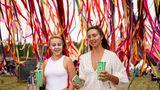 Es die erste große Musikveranstaltung in Großbritannien seit dem Ausbruch der Corona-Pandemie. Seit dem 22. Juli läuft in dem im Osten Englands gelegenenSouthwold das Latitude Festival. 40.000 Zuschauer wurden zu dem Event erwartet. Diese beiden Besucherinnen haben sich mit einem Getränk ausgestattet und im Gesicht geschminkt.