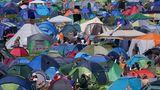 Ein Bild, das man von zahllosen Festivals der Vor-Corona-Ära kennt: Auf engstem raum steht Zelt an Zelt, hier ziehen sich die Besucher zwischendurch zurück und versuchen nachts ein wenig Schlaf zu bekommen.