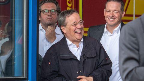 Armin Laschet (CDU) lacht während Bundespräsident Steinmeier (nicht im Bild) ein Pressestatement gibt