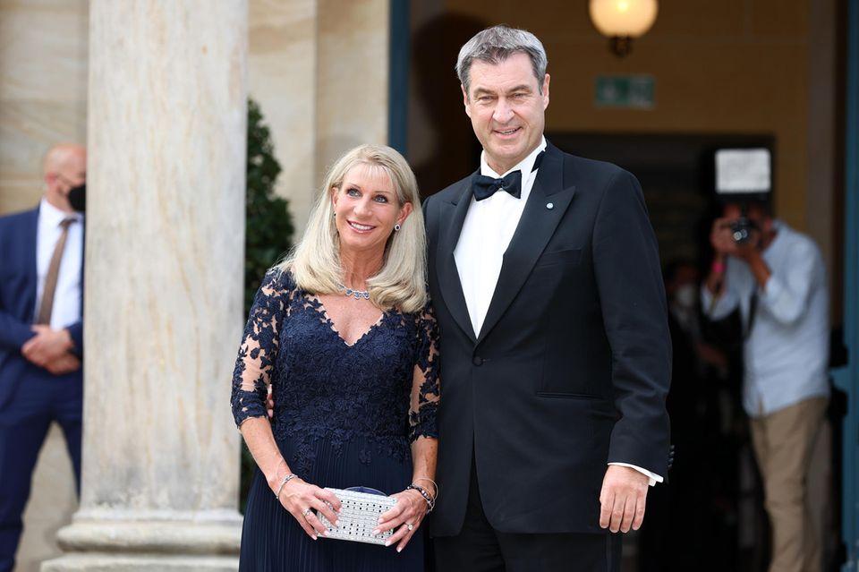 """Diesen Auftritt lässt er sich nicht entgehen: Bayerns Ministerpräsident Markus Söder ist regelmäßiger Gast auf dem Grünen Hügel. Da lässt er sich auch die diesjährige Eröffnung der Bayreuther Festspiele mit der Neuinszenierung von """"Der fliegende Holländer"""" nicht entgehen. Begleitet wird der Politiker von seiner EhefrauKarin Baumüller-Söder."""