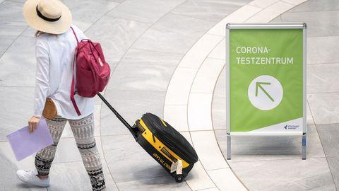 Eine Frau auf dem Weg zum Corona-Testzentrum am Stuttgarter Flughafen