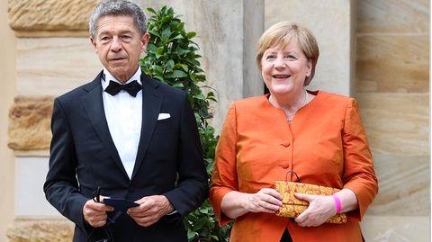 Ganz in Orange: Merkel ein letztes Mal als Kanzlerin bei Wagner-Festspielen