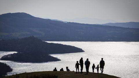 Besucher am Loch Lomond in Schottland