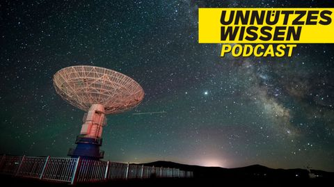 Radioteleskop vor dem Nachthimmel