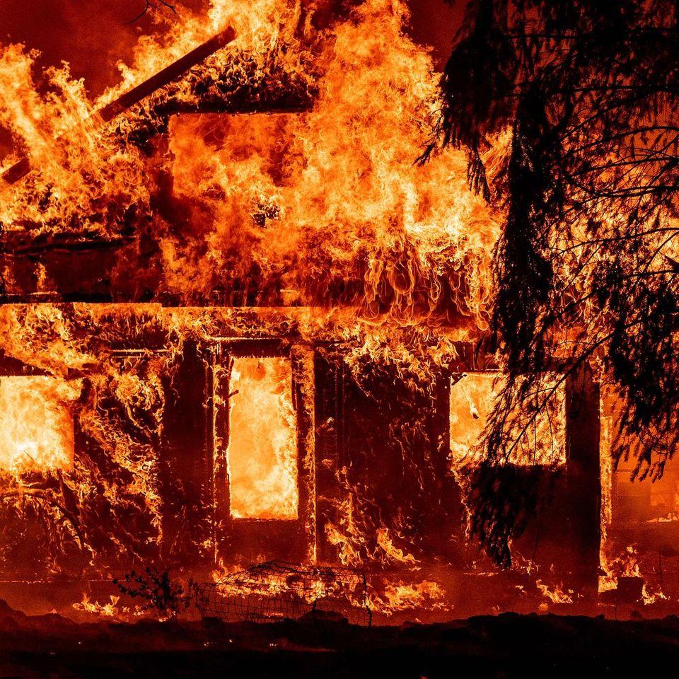 Brennendes Haus in Kalfornien