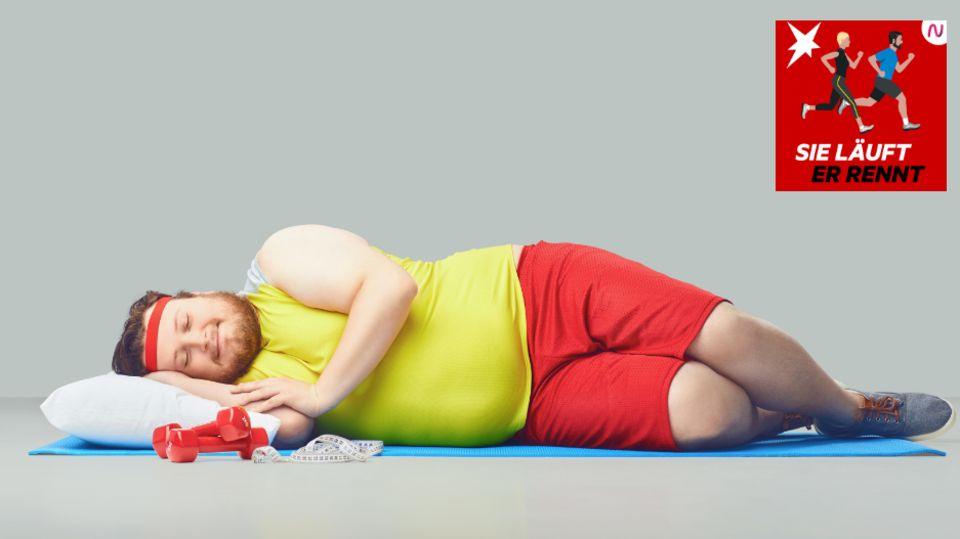 Ein Sportler liegt schlafend auf dem Boden