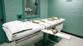 Sehr sterile Hinrichtungskammer mit einem Bett und Sicherheitsgurten