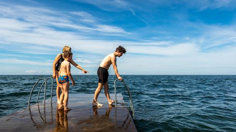 Familie auf einem Steg im Meer