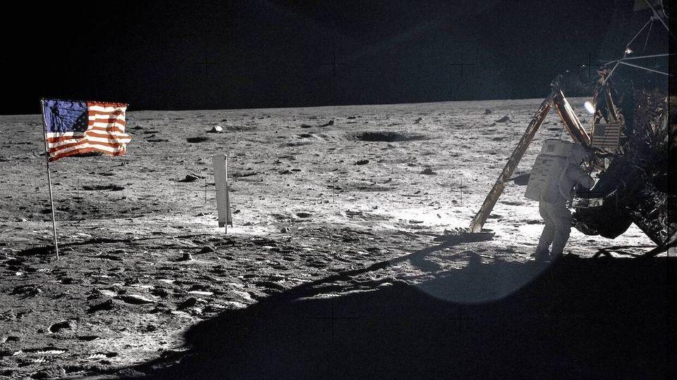 Neil Armstrong bei seinem Spaziergang auf dem Mond.