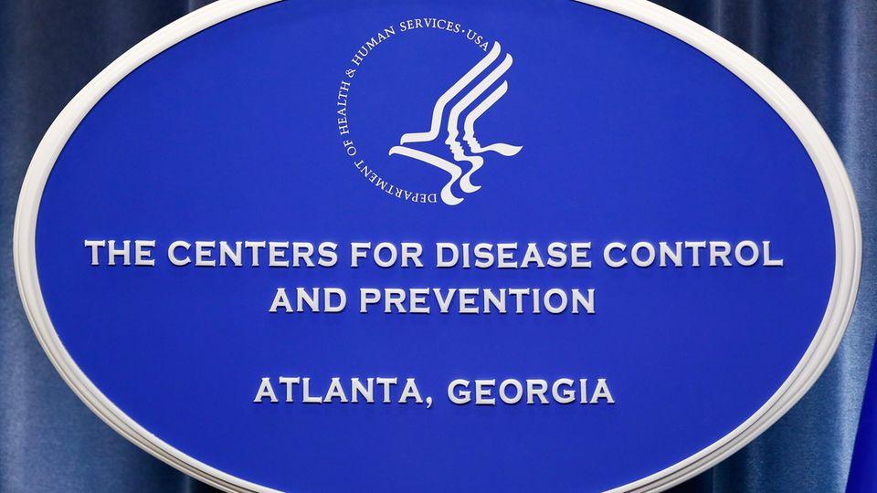 """Das Zeichen des""""Centers for Disease Control and Prevention"""" imTom Harkin Global Communications Center in Atlanta, Georgia. Die Institution warnt vor dem Ausbruch eines Hefepilzes."""