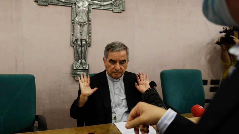 Kardinal Angelo Becciu spricht während einer Pressekonferenz mit Journalisten