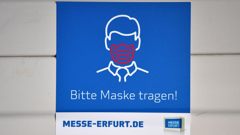 Schild mit Aufschrift Bitte Maske tragen