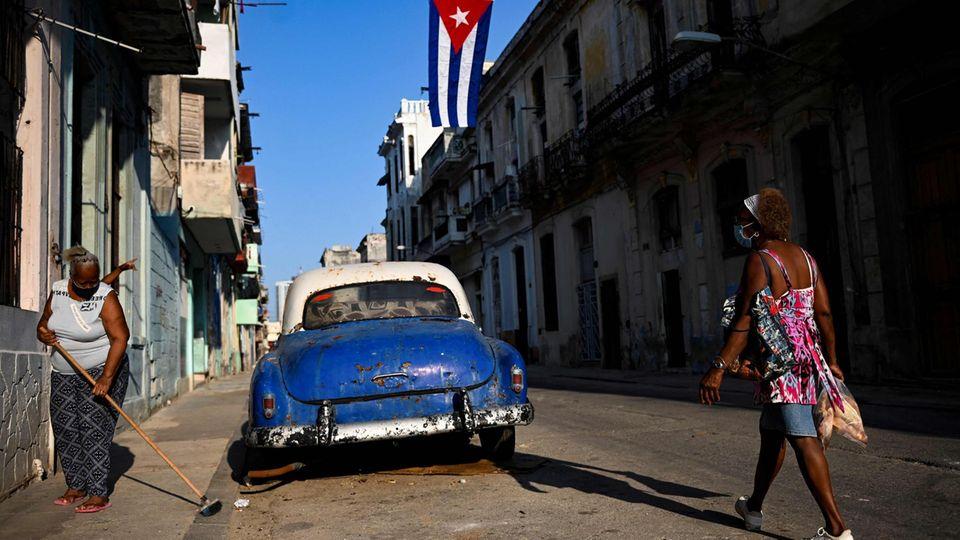 Santiago de Cuba, Kuba. Spärlich geschmückt ist die Moncada Kaserne, wo Fidel Castro vor genau 68 Jahren seine Revolution (zunächst symbolträchtig) startete. Mittlerweile stehen seine Nachfolger an der Spitze des Staates enorm unter Druck, zuletzt gingen die Kubaner gegen das Regime wieder auf die Straße.